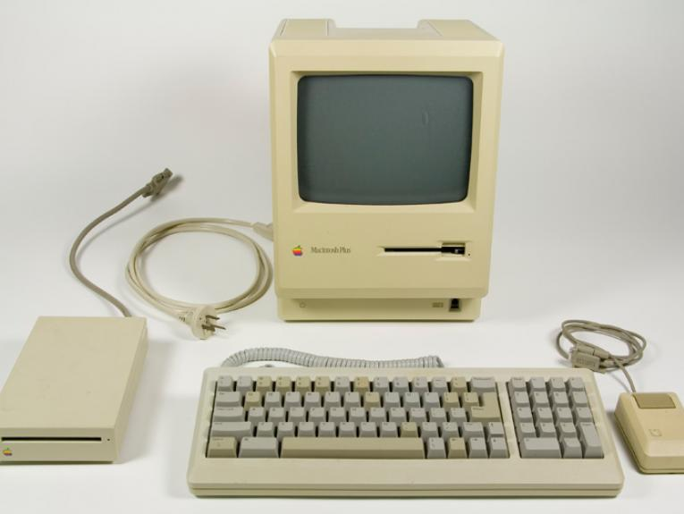 Macintosh Plus computer, 1986, United States, by Apple Computer, Inc.. Gift of Don Long, 2011. CC BY-NC-ND licence. Te Papa (GH021018)
