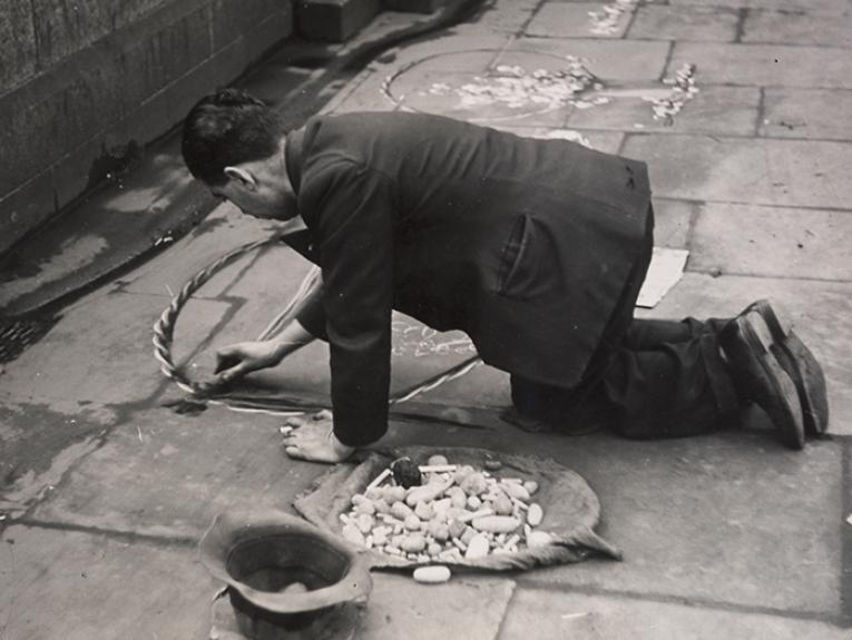 Untitled [street artist, London], circa 1937, London, by Eric Lee-Johnson. Purchased 1997 with New Zealand Lottery Grants Board funds. © Te Papa. CC BY-NC-ND licence. Te Papa (O.006115)