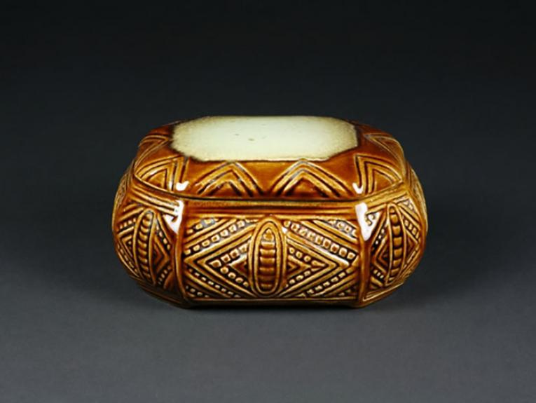 Cigarette Box - 'Wharetana ware', 1955, Auckland, by Crown Lynn Potteries Ltd. Te Papa (GH009329)