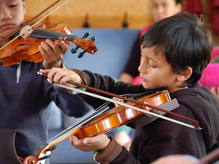 Violinists Jaime Lopez and Ethan Bugas, 2012. Photograph by David Moonan, courtesy of Arohanui Strings