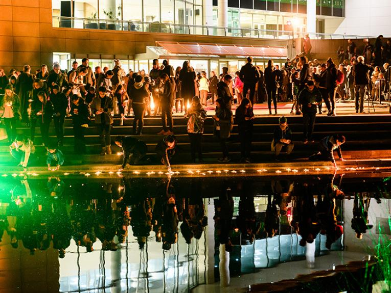People light tea lights and put them on the pond outside of Te Papa