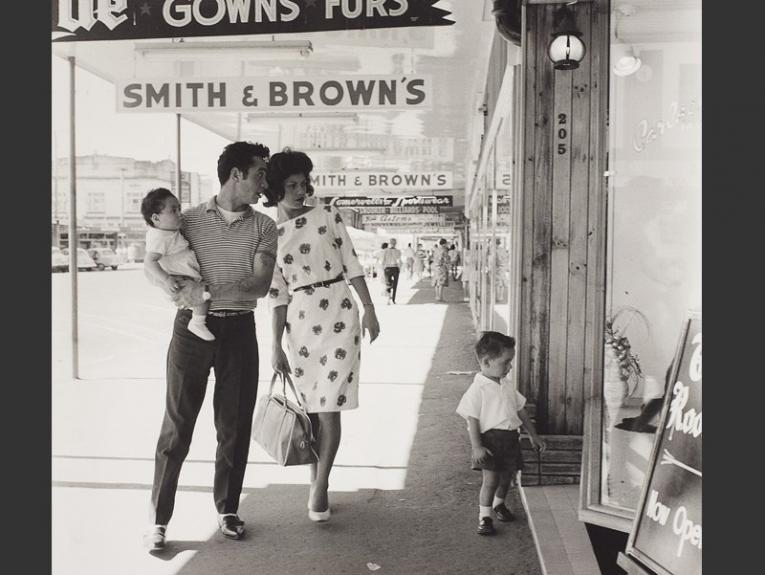 Photograph of a young family window shopping by Ans Westra