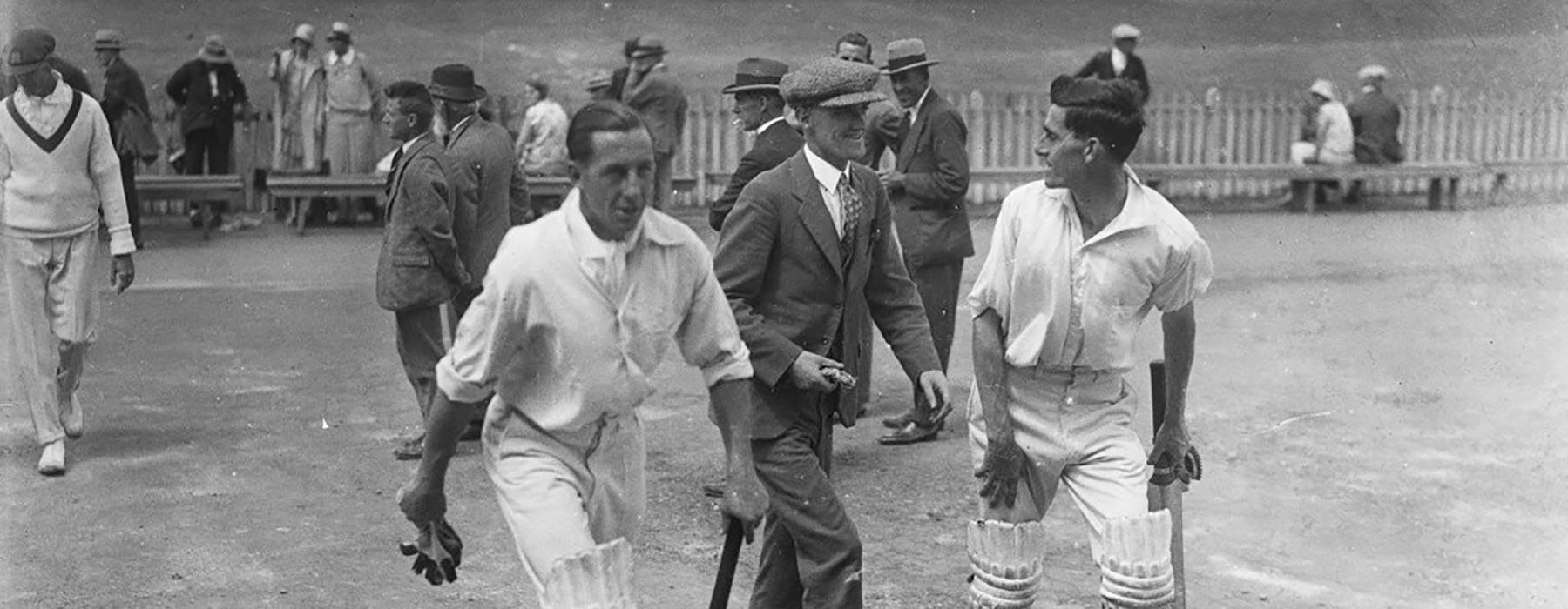 Men leave the cricket pitch, 1928