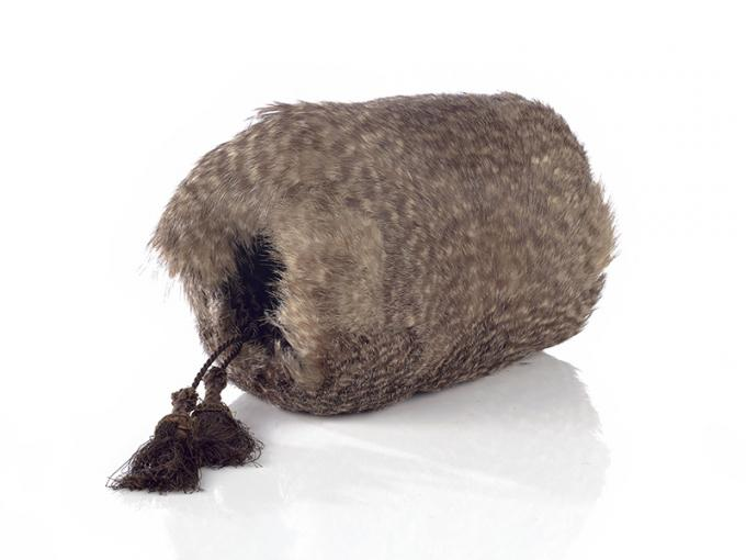 A round shape made of feathers - hands can be put in each end to keep warm